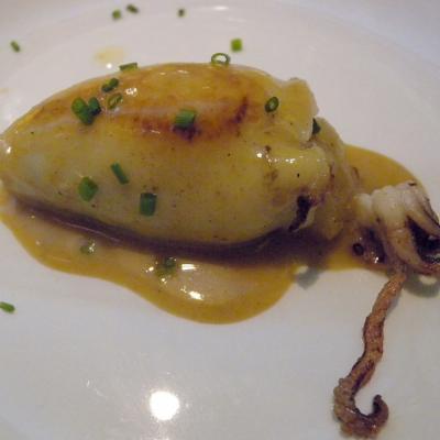 03NOVIEMBRE2015 Cachitos Rambla,  una experiencia gastro global. Calamar a la plancha relleno de patata y ceps.  Foto: Montse Carreño
