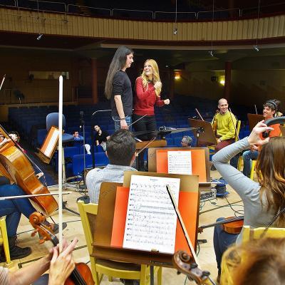 04FEBRERO2015 La Orquesta y Coro de RTVE colabora con Edurne en la grabación de 'Amanecer'.