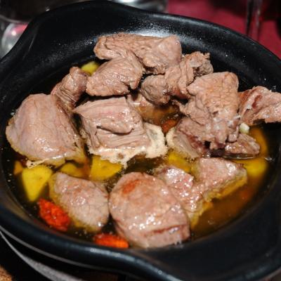 22NOVIEMBRE2013  Restaurante Casa Alfonso.  Cazuelita de buey al ajillo. Foto: Manel Martin.