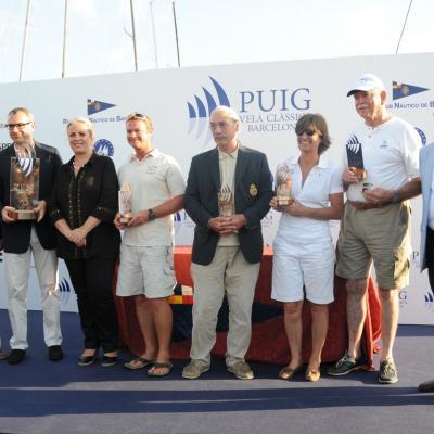 16JULIO2011  Ganadores con autoridades: 'Yanira' (Clásicos), 'Peter' (Época Marconi), 'Moonbeam III' (Big Boat) y 'Malabar X' (Época Cangreja). Foto: Montse Carreño.