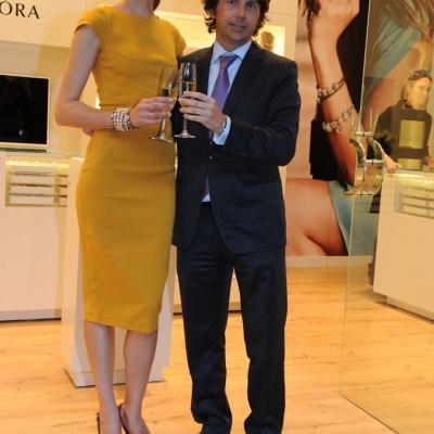 19ABRIL2012 Inauguración de la nueva boutique en Barcelona de Pandora, con su embajadora, Nieves Álvarez. Foto: Manel Martin.