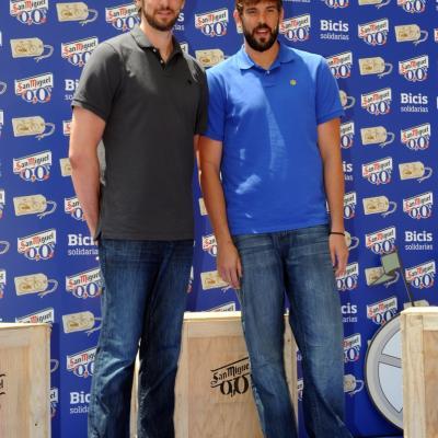 27JUNIO2013  Pau y Marc Gasol, dos ciudadanos 0,0, entregan 150 bicicletas para fines sociales. Foto: Manel Martin.