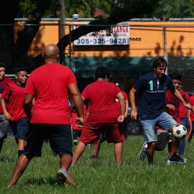AGOSTO2017 Puyol y Raúl jugaron con los niños del programa Up2Us Sports, apoyados por Laureus.