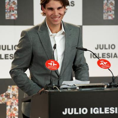 16DICIEMBRE2011 De triunfador a triunfador, Nadal entrega a Julio Iglesias, dos galardones por ser el artista que más disco ha vendido en España y  el artista latino que más discos ha vendido en el mundo. Foto: Agencia.