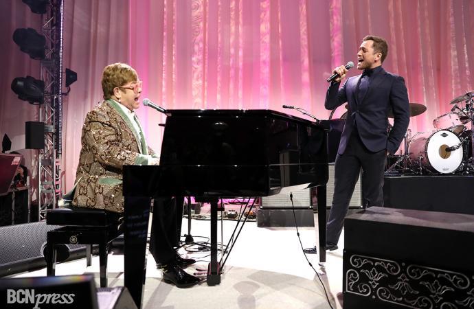 Elton John y Taron Egerton cantan a dúo en la fiesta de Los Annual Elton John Aids Foundation