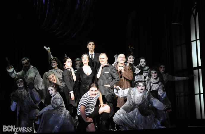 'La Familia Addams' celebra Halloween en la Plaza Catalunya