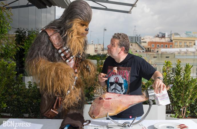 El chef Alberto Chicote enseña a cortar Jamón a Chewbacca